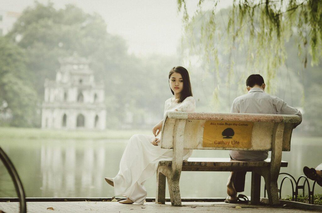 Frau und Mann mit dem Rücken zueinander