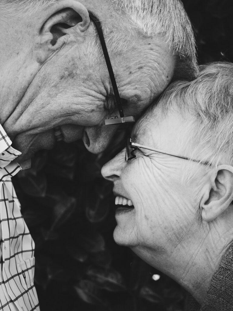 zwei alte miteinander vertraute Menschen